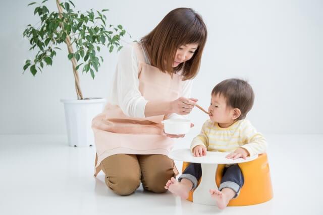 保育士と乳児