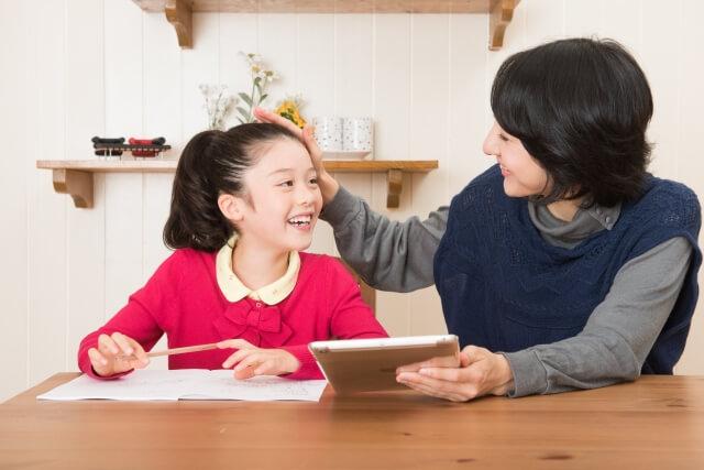 子供をほめる親