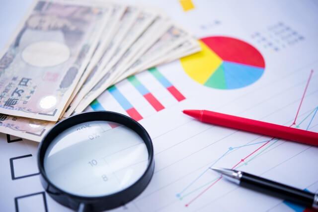 グラフと虫眼鏡とお金