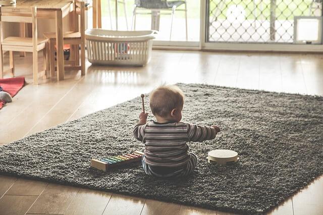音楽きく子供