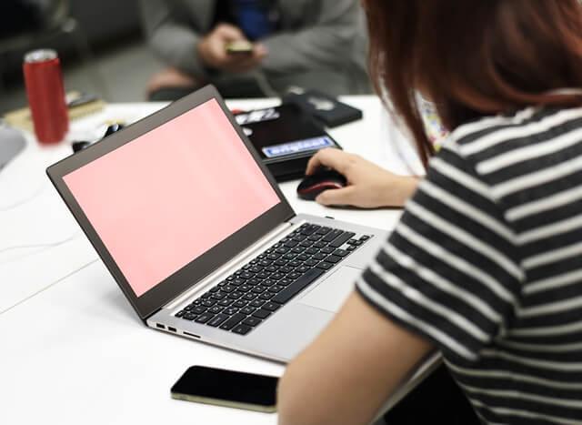 パソコン使う女性