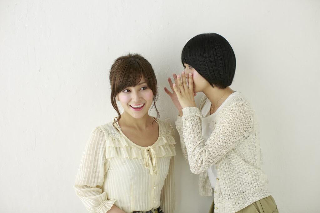 ひそひそ話をする女性
