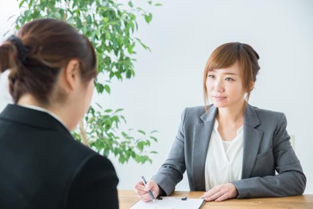 コーディネートに相談する女性