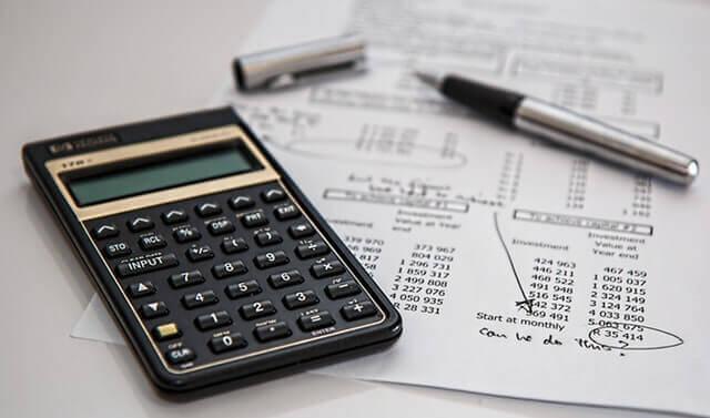 電卓と表で費用を計算