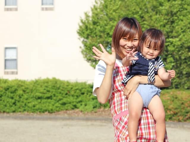 赤ちゃんを抱える保育士