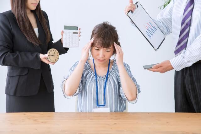 残業に悩まされる女性
