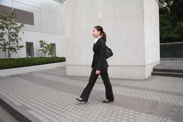 スーツ姿女性