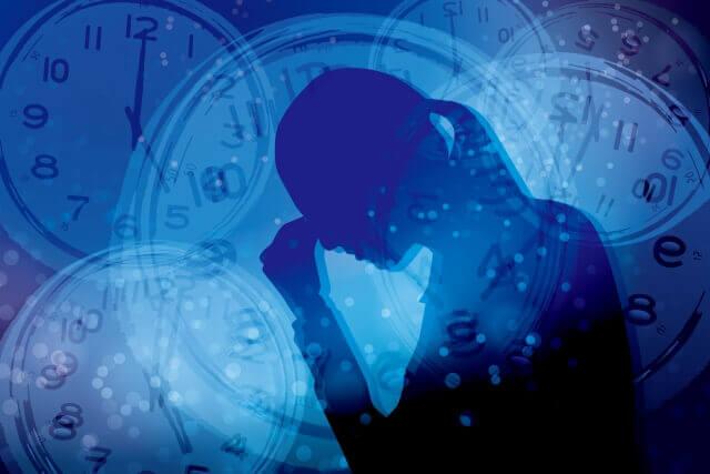 時間とストレスに悩まされる女性