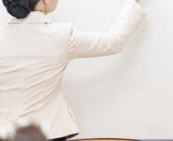 講習会を開く女性