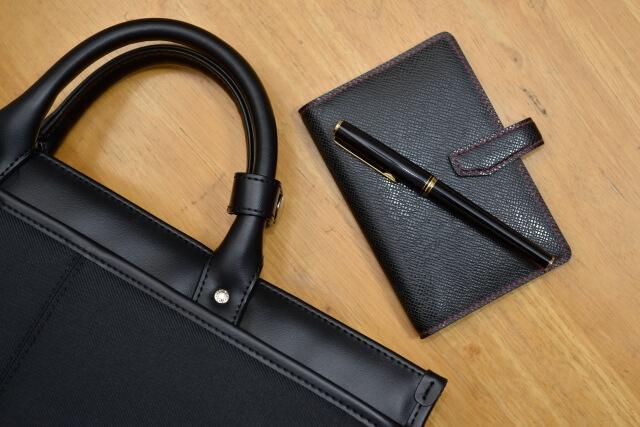 ビジネスバッグと手帳