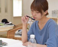 勉強をする女性