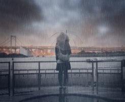 雨にぬれる女性