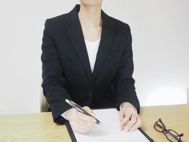 対応する職員の女性