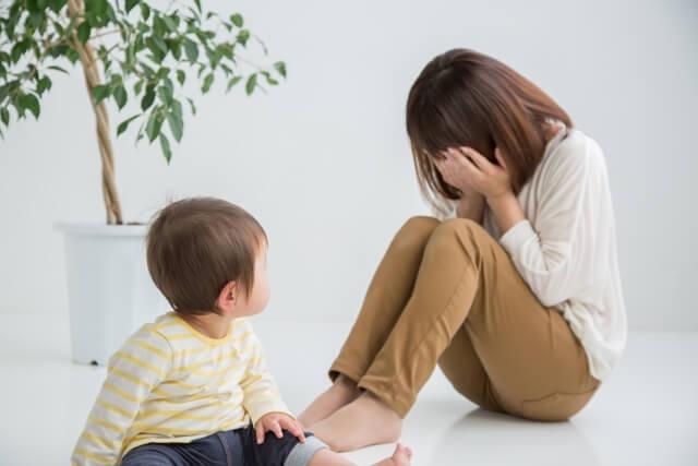 子供の前で落ち込む女性