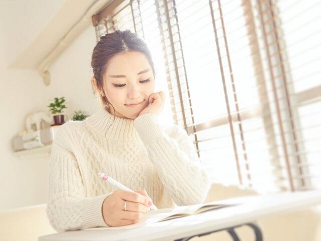 資格の勉強をする女性
