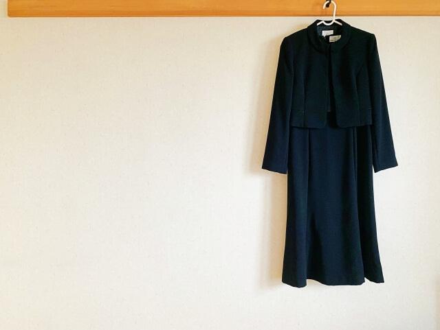 壁に掛けられた礼服