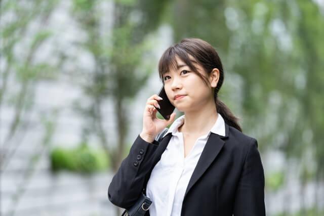 内定の電話を受ける女性